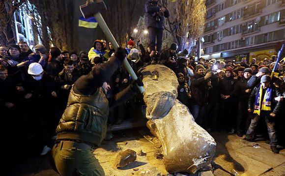 От упавшего памятника Ленину отбивают куски