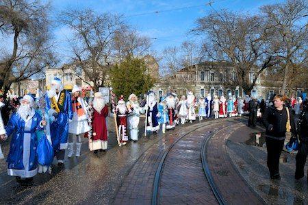 Новогодние персонажи с удовольствием съезжаются в Евпаторию