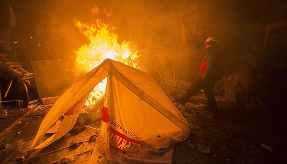 Ночью в Киеве продолжили демонтировать баррикады