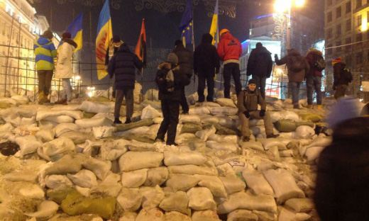 На Майдане возвели четырехметровые баррикады