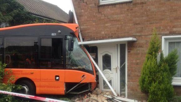 В Польше автобус протаранил жилой дом