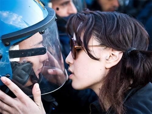 В Италии манифестантка поцеловала полицейского