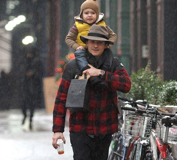 Орлано Блум появился на улице Манхэттена с сыном