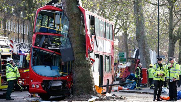 29 человек пострадали в Лондоне, когда двухэтажный автобус врезался в дерево
