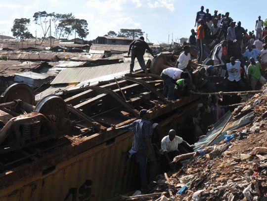 В столице Кении товарный поезд протаранил дома бедняков