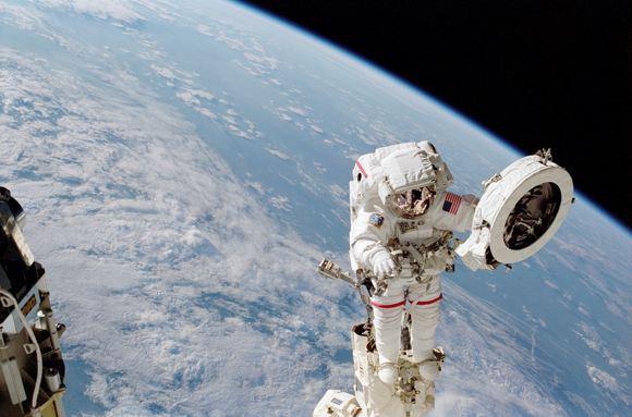 Один из астронавтов на МКС повредил скафандр во время работ в космосе