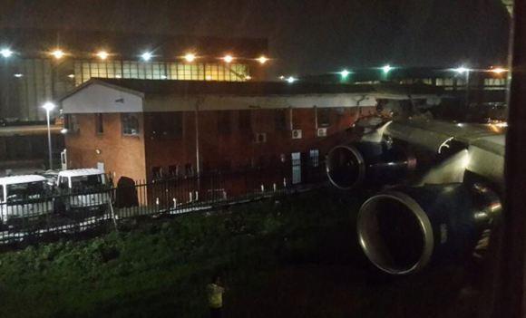 В Йоханнесбурге выруливающий на взлет самолет задел здание аэропорта