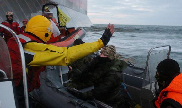 Членов экипажа «Арктик Санрайз» начали выпускать по амнистии