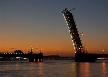 Три ночи в Санкт-Петербурге разводят Биржевой и Володарский мосты