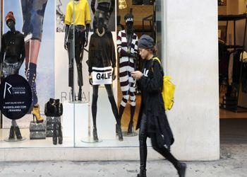 Стилисты рекомендуют в новом году избавиться от высоких замшевых, кожаных кроссовок на танкетке