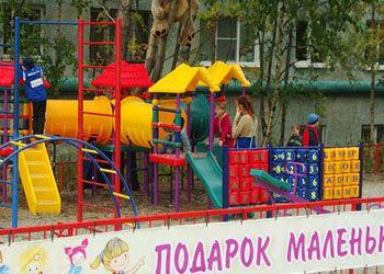 В Мурманске бизнесмен подарил детям новую игровую площадку