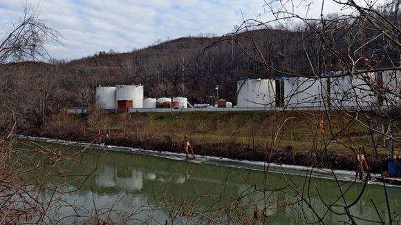 В Западной Виргинии в реку, из которой берут воду, попали химикаты