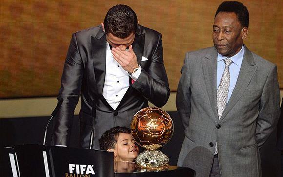 Криштиану Роналду не сумел сдержать слез, получая «Золотой мяч»
