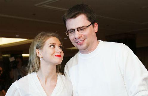 Кристина Асмус с мужем и дочкой возвратилась из роддома