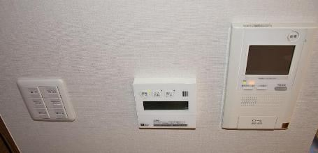 В японской семье видеодомофон (на фото справа) - обычное дело