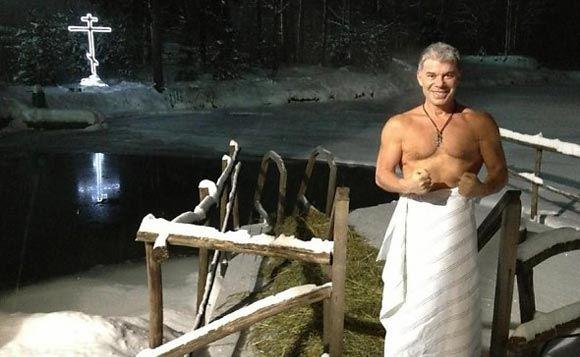 Олег Газманов по традиции окунулся в ледяную воду на Крещение