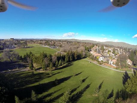 Квадрокоптер ведёт съёмку в полёте