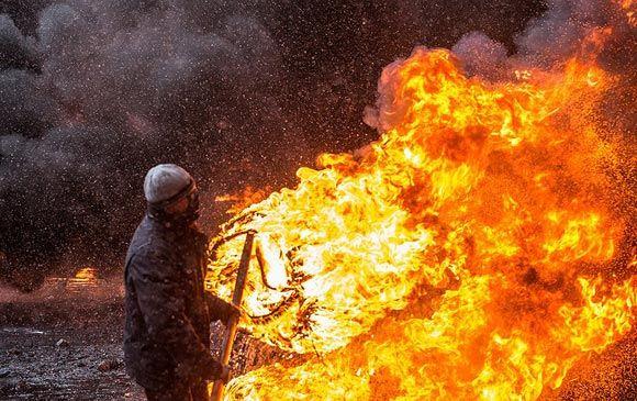 В центре столицы Украины горящие покрышки вызвали пожар в доме