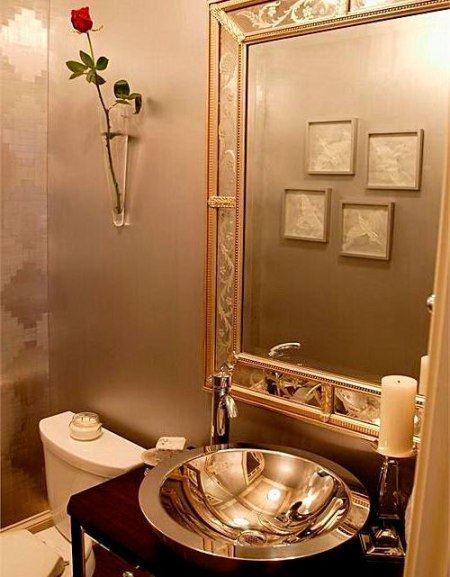 В ванной следует повесить большое зеркало