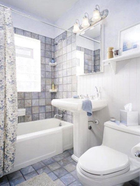 Маленькую ванную лучше оформлять светлыми цветами