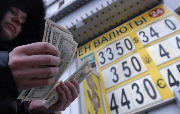 Россияне скупают доллары из-за ослабления рубля