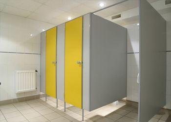 Дизайн перегородки должен совпадать с интерьером туалетной комнаты