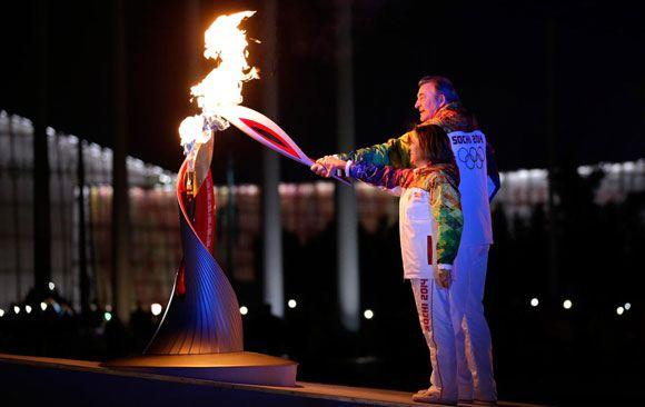Чести зажечь огонь олимпиады удостоились Роднина и Третьяк