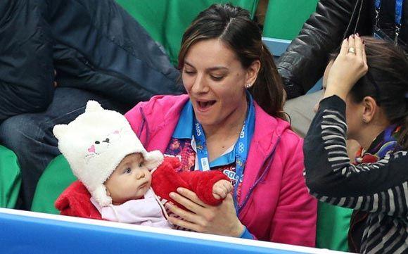 Елена Исинбаева взяла на руки ребенка подруги