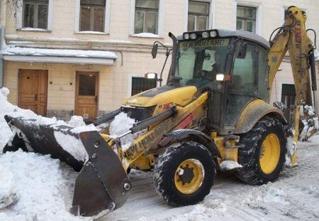 Уборка снега на улицах города с помощью техники