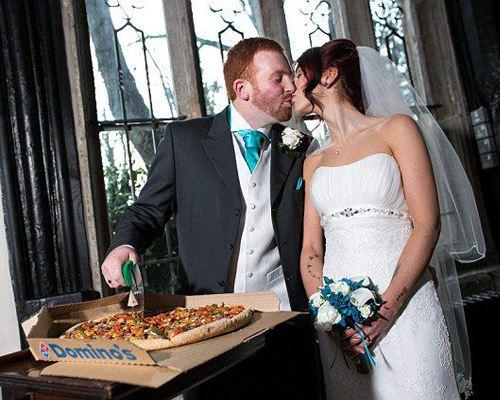 В Англии молодожены заказали свадебную пиццу необычного дизайна