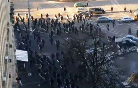 Тысячи протестующих в Киеве бегут от «Беркута»