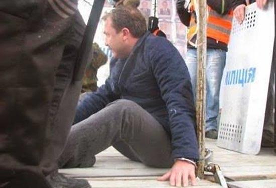 В украинском Луцке протестующие приковали главу Волынской ОГА к сцене