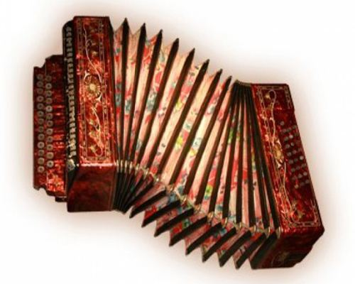 Туристы в Сочи часто обращают внимание на саратовскую гармонь