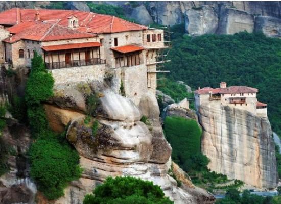 Греция: вид скал с находящимися на них монастырями