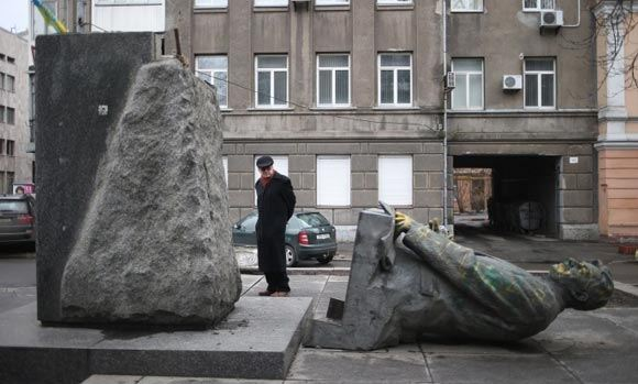 Российские власти недовольны сносом памятников на Украине