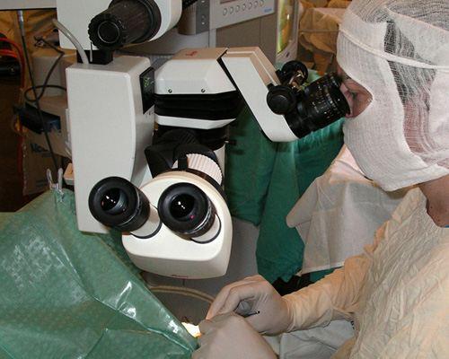 Ученые имплантировали человеку искусственную роговицу