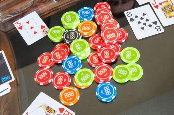 Правила игры в покер очень просты - выигрывают удачливые