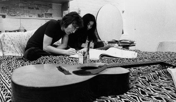 Аукционный дом Sotheby's продаст сотню рукописей Леннона