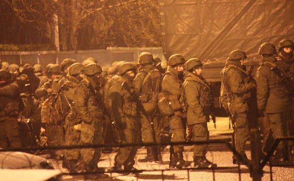 Военные захватили аэропорты Севастополя и Симферополя