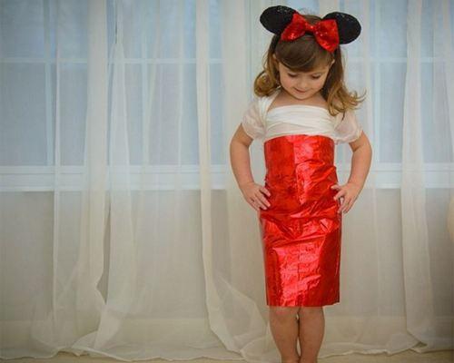 Девочка-модельер создает платья из бумаги