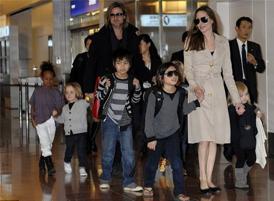 Анджелина Джоли и Бред Питт с детьми