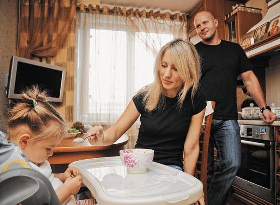 Федор Емельяненко с женой и дочкой