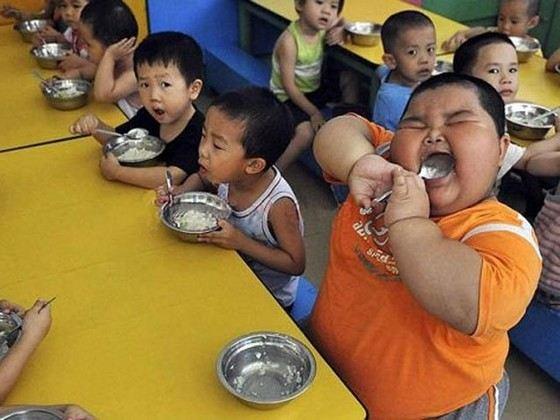 Очень толстый китайский ребенок отказывается сидеть на диете