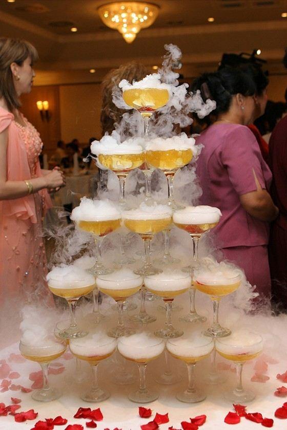 Из хорошего шампанского строят пирамиды