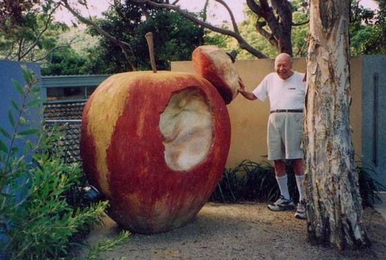 Памятник гигантскому яблоку