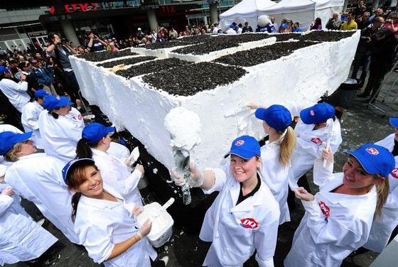 Самый большой в мире торт-мороженое