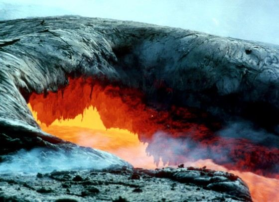 Самый большой вулкан Мауна-Лоа является действующим