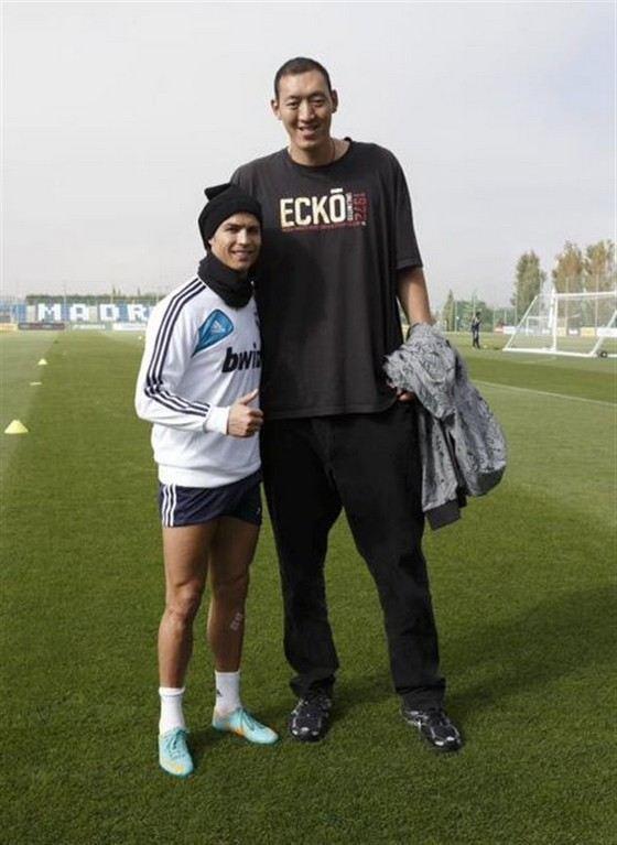 Сунь Мин Мин - самый высокий баскетболист современности