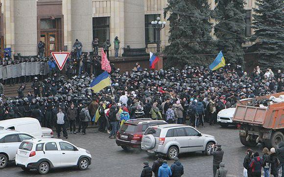 В Харькове демонстранты вывесили над областной администрацией российский флаг
