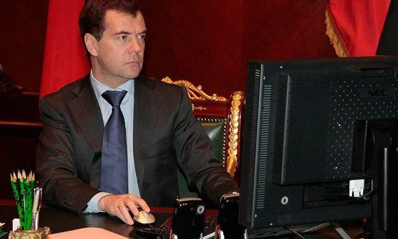 Медведев заявил, что во все школы страны нужно провести широкополосный интернет